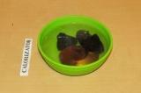 Шаг 3. Сухофрукты залить водой на 10 минут.