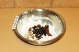 Шаг 6. Добавить сухофрукты и орехи к сухим ингредиентам и перемешать.