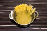 Шаг 1. Спагетти отварить в кипящей подсоленной воде до состояния аль-денте.