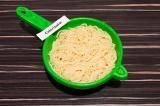 Шаг 2. Откинуть спагетти на дуршлаг, дать воде стечь.