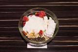 Шаг 3. В глубокую миску выложить все ингредиенты, залить йогуртом и перемешать.
