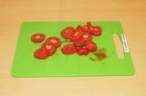 Шаг 7. Нарезать помидоры кольцами.