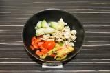Шаг 5. Добавить овощи и грибы, пару минут обжарить, затем овощи дадут сок. Тушит