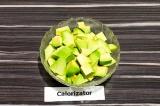Шаг 4. Авокадо очистить, удалить косточку, нарезать крупными кубиками.