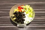 Шаг 7. Смешать все ингредиенты в глубоком салатнике сбрызнуть маслом и подсолить