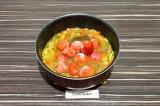 Шаг 6. Добавить воду и помидоры, тушить еще 20 минут, когда помидоры станут мягк