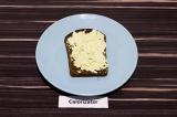 Шаг 4. На хлеб выложить пасту из авокадо с сыром и специями, подсолить по вкусу.