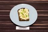 Шаг 5. Присыпать бутерброд зеленым луком и семенами подсолнечника.
