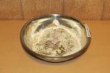 Шаг 2. Добавить тыквенные семечки, специи и приправы и тщательно размешать.