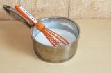 Шаг 3. Поставить на огонь кокосовое молоко и довести до кипения. Уменьшить газ