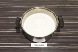 Шаг 4. Довести соевое молоко до кипения на среднем огне, постоянно помешивая.