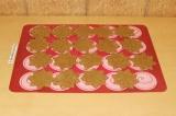 Шаг 7. Выложить печенья на силиконовый коврик/бумагу для выпечки.
