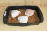 Шаг 4. Выложить курицу поверх гречки.