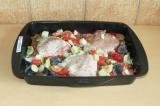 Шаг 5. Разложить овощи поверх гречки с курицей.