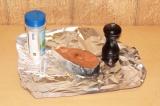 Шаг 3. К рыбе добавить специи и лимонный сок. Завернуть в фольгу.