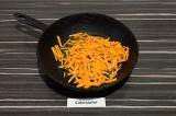 Шаг 4. Пассеровать морковь 5 минут.