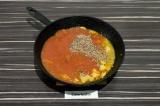 Шаг 6. Добавить томаты в собственном соку, чечевицу и 400 мл воды, довести блюдо