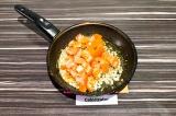 Шаг 4. Добавить нарезанный помидор и тушить еще 3 минуты.