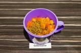 Шаг 5. В глубокую емкость выложить тыквенное пюре, добавить лук с помидором