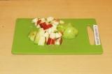 Шаг 1. Нарезать яблоки кубиками.