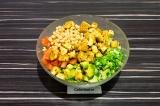 Шаг 8. В глубоком салатнике смешать все ингредиенты, сбрызнуть оливковым маслом.