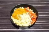 Шаг 5. В глубокой сковороде смешать томаты, тыквенный соус и сыр.