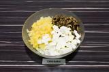 Шаг 6. В глубоком салатнике смешать все ингредиенты, заправить оливковым маслом.