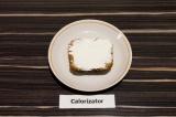 Шаг 4. Каждый ломтик хлеба смазать тонким слоем сыра.