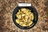 Шаг 2. Выложить готовые крылья в глубокую посуду и перемешать их с медом.