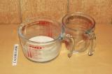 Шаг 3. Соединить молоко, масло и уксус.