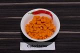 Шаг 2. Морковь нарезать кубиками.