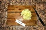 Шаг 2. Желудки варятся, тем временем нарезать лук.