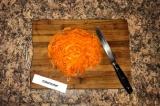 Шаг 3. Морковь натереть на терке.