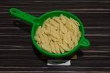 Шаг 6. Откинуть макароны на дуршлаг, дать лишней воде стечь.