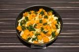 Шаг 7. В глубокой сковороде смешать тыкву, макароны и шпинат, при подаче украсит