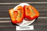 Шаг 1. Болгарский перец разрезать пополам, удалить плодоножку и семена, смазать