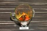 Шаг 3. В чашу блендера поместить все ингредиенты, подсолить, влить оставшееся