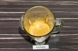 Шаг 4. Постепенно добавляя воду, довести хумус до однородной шелковистой консист