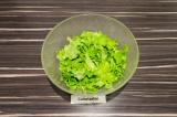 Шаг 1. Листья салата порвать руками.