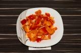 Шаг 5. Болгарский перец очистить от семян, нарезать крупными кубиками.