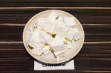 Шаг 6. Сыр фета нарезать крупно.