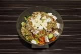 Шаг 7. В глубоком салатнике смешать овощи с листьями салата, добавить сок лайма