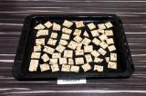 Шаг 4. На противень выложить будущие крекеры, запекать в духовке при 180 градуса