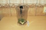 Шаг 3. Взбить в блендере жидкие ингредиенты, укроп и чеснок.