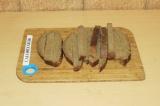 Шаг 5. Нарезать хлеб брусочками.