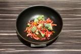 Шаг 2. В сковороду выложить брокколи и болгарский перец, добавить масло и пассер