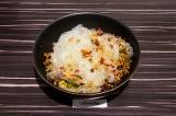 Шаг 6. Смешать рисовую лапшу с овощами, фасолью и фаршем.