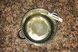 Шаг 1. Воду вылить в кастрюлю. В неё добавить сахар, соль, уксус, масло, перец.