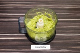 Шаг 4. Отварную капусту брокколи измельчить вилкой или в блендере.