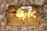 Шаг 1. Банан и яблоко очистить и порезать мелко.
